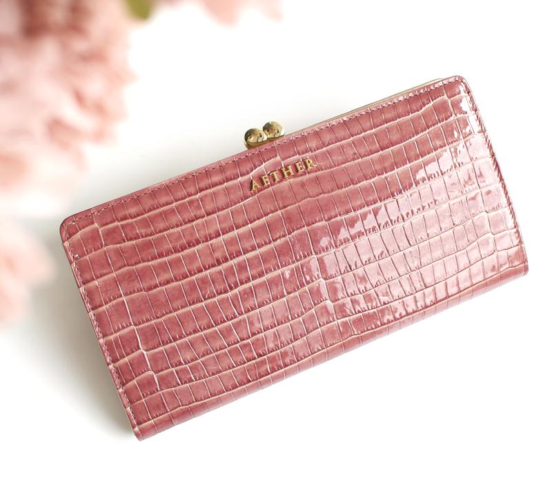 ピンクのエナメルレザー長財布