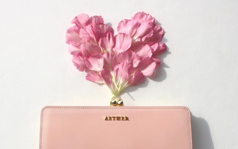 長財布と花びらアート